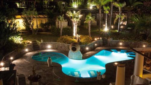 Hydromassage pool with thermal water